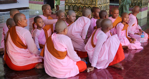 Niñas Monjas Myanmar-Andorreando por el Mundo