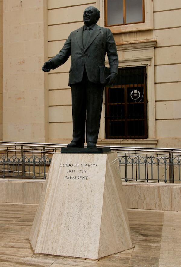 Estatua Guido de Marco