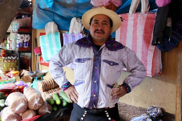 Indígena en el Mercado principal de Todos Santos.