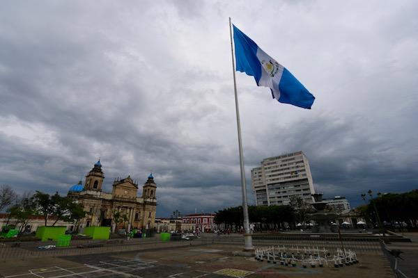 Plaza Central, bandera