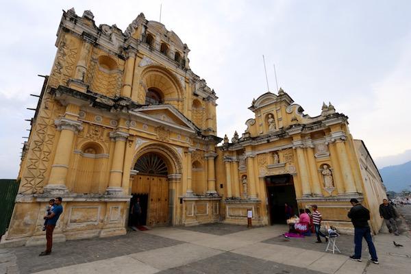 Fachada iglesia de San Pedro Apóstol.