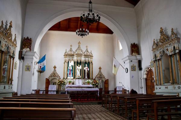 Interior iglesia de San Pedro Apóstol.