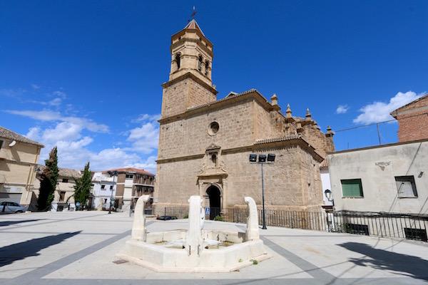 Plaza de San Gabriel, iglesia de San Gabriel y fuente.