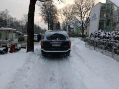 Auto parkt auf einem Radweg. Keine Ausweichmöglichkeit, weil überall Schnee