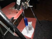Spritze mit Bremsöl am Bremssattel