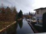 Ein Haus an einem Kanal, Boote und Wintergarten im Hintergrund