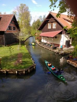 Von einer Brücke fotografiert auf zwei Kanus unten im Wasser