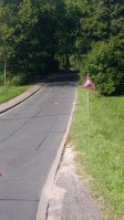 Steile Straße mit einem Straßenschild mit 20% Steigung