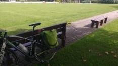 Fahrrad vor einem Fußballplatz