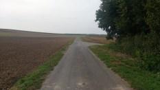 Leere Felder und ein einsamer Radweg