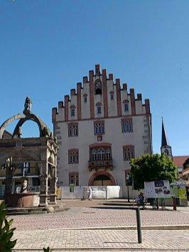 Großes altes Haus mit Zinnengiebel am Marktplatz von Hammelburg
