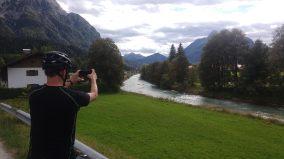 Mann fotgrafiert die Isar Richtung Mittenwald