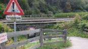 Ein sehr geschwungener enger Untergang unter einer Bahnlinie