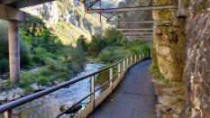 Überdachter Abschnitt Radweg am Fels