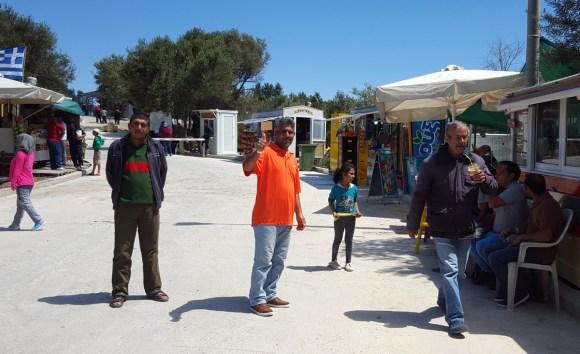 A l'entrée du camp de Karatepe, Basam me fait un signe pour me remercier. Comme plus de 90% des autres, il est Syrien.