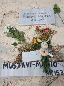 Mahya, presque comme l'abeille, morte à deux ans sur la côte de Lesbos, après une traversée en enfer de la Syrie, de la Turquie et en bateau de caoutchouc vers Lesbos. Pourquoi une telle vie, une telle mort, des drames évitables par ceux qui ont et possèdent ?