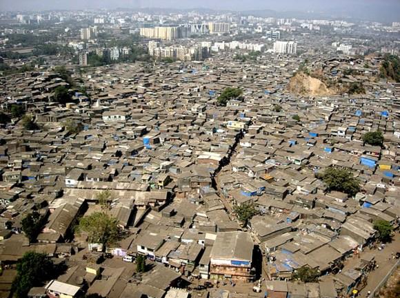 Vue aérienne d'un bidonville de Bombay / Mumbai comme il y en a encore trop en Inde.