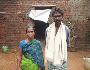 Couple infecté par le virus VIH devant sa maison de la région de Kavali AP.