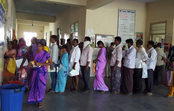 Une file indienne attend son ARV pour 15 jours seulement, faute de stocks disponibles !