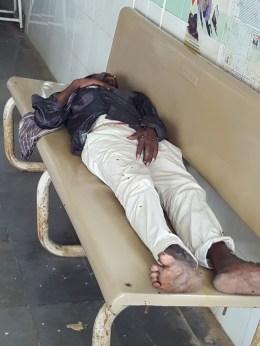 Un patient épuisé par sa maladie SIDA dort sur un banc de l'hôpital...