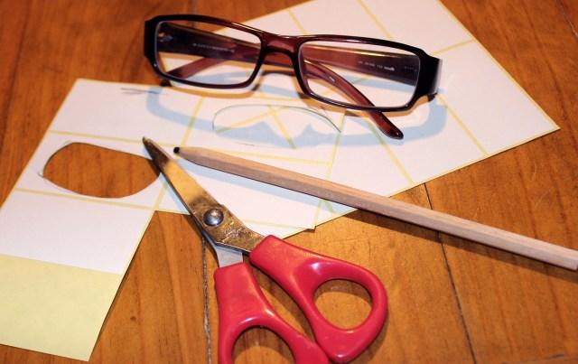 Eine Brille, eine Schere, weiße Etiketten, einen Stift. Klingt komisch? Is aber so.