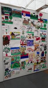 Eine Wand mit Kinderzeichnungen.