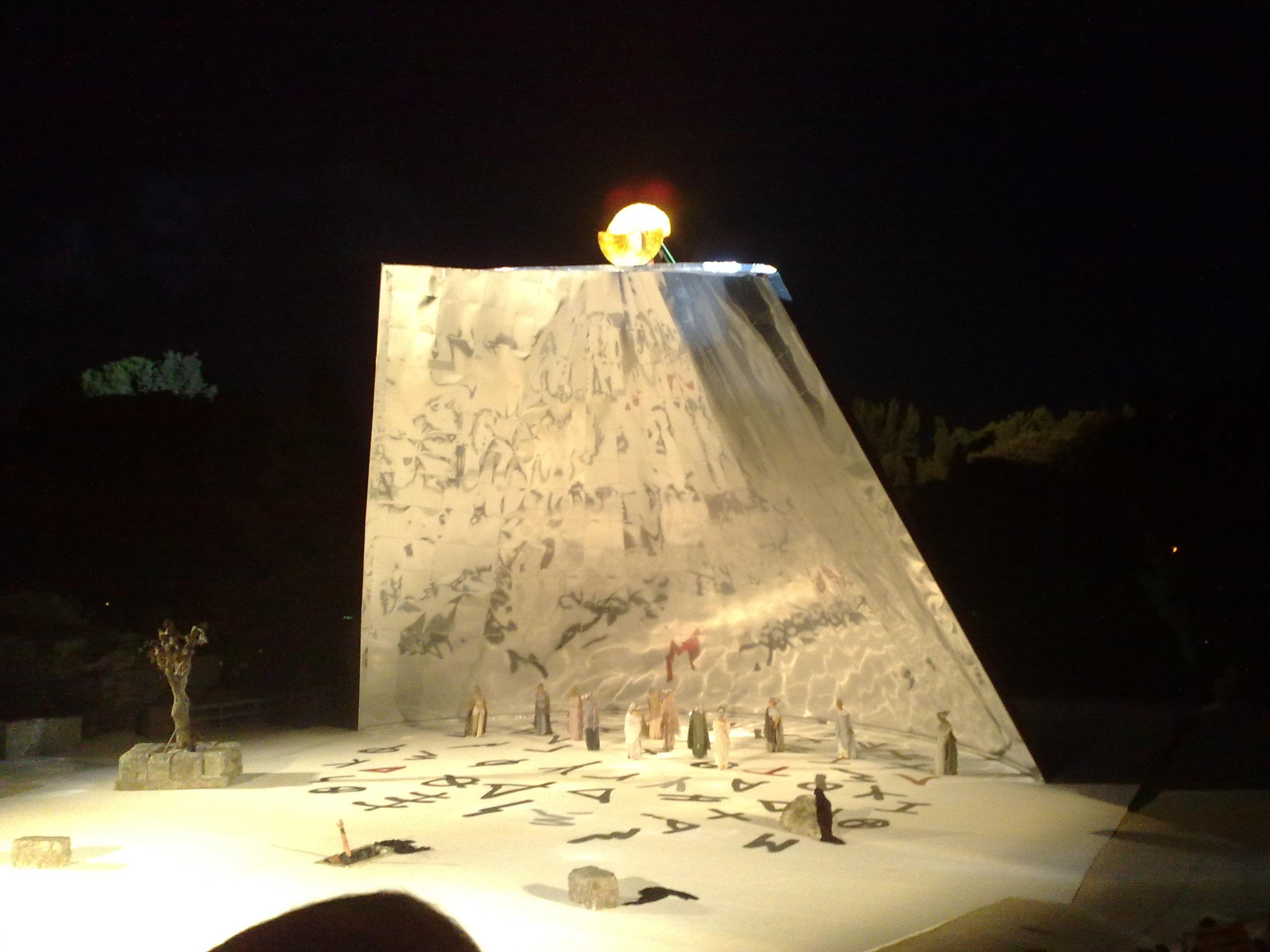 La scena finale, sulla scenografia di Fucksas il carro del sole con Medea che fugge