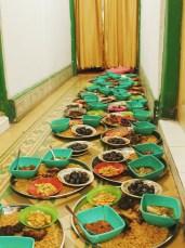 Puluhan nampan Nasi Kebuli dijejer di sepanjang lorong