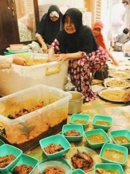 Nasi Kebuli sebanyak 150 liter yang siap dibagi ke nampan-nampan