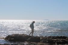 a piedi nudi sulle rocce di castiglion della pescaia