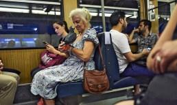 Streetfotografie Berlin Frau mit Vogel in der S-Bahn