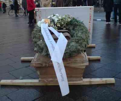 Demo gegen Vorratsdatenspeicherung Trauermarsch Hamburg Trauerkranz