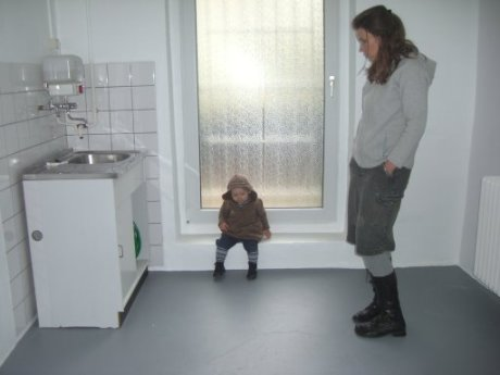 Meine Frau und mein Sohn in der neuen Atelierküche