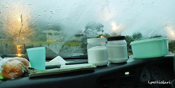 auto sotto la pioggia in nuova zelanda