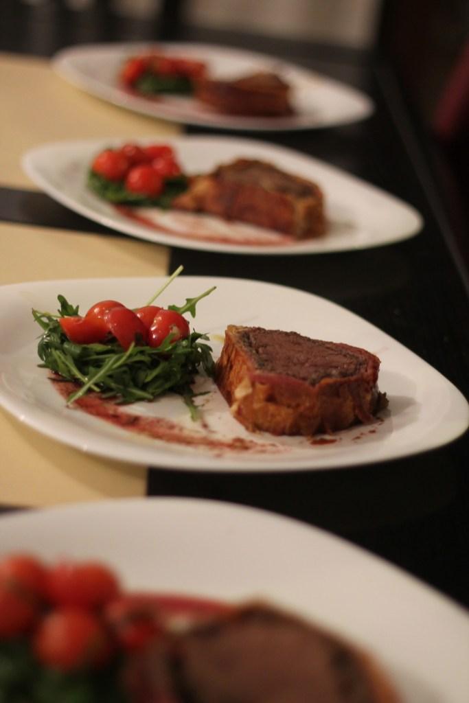 Beef Wellington cu salată de rucola cu roșii