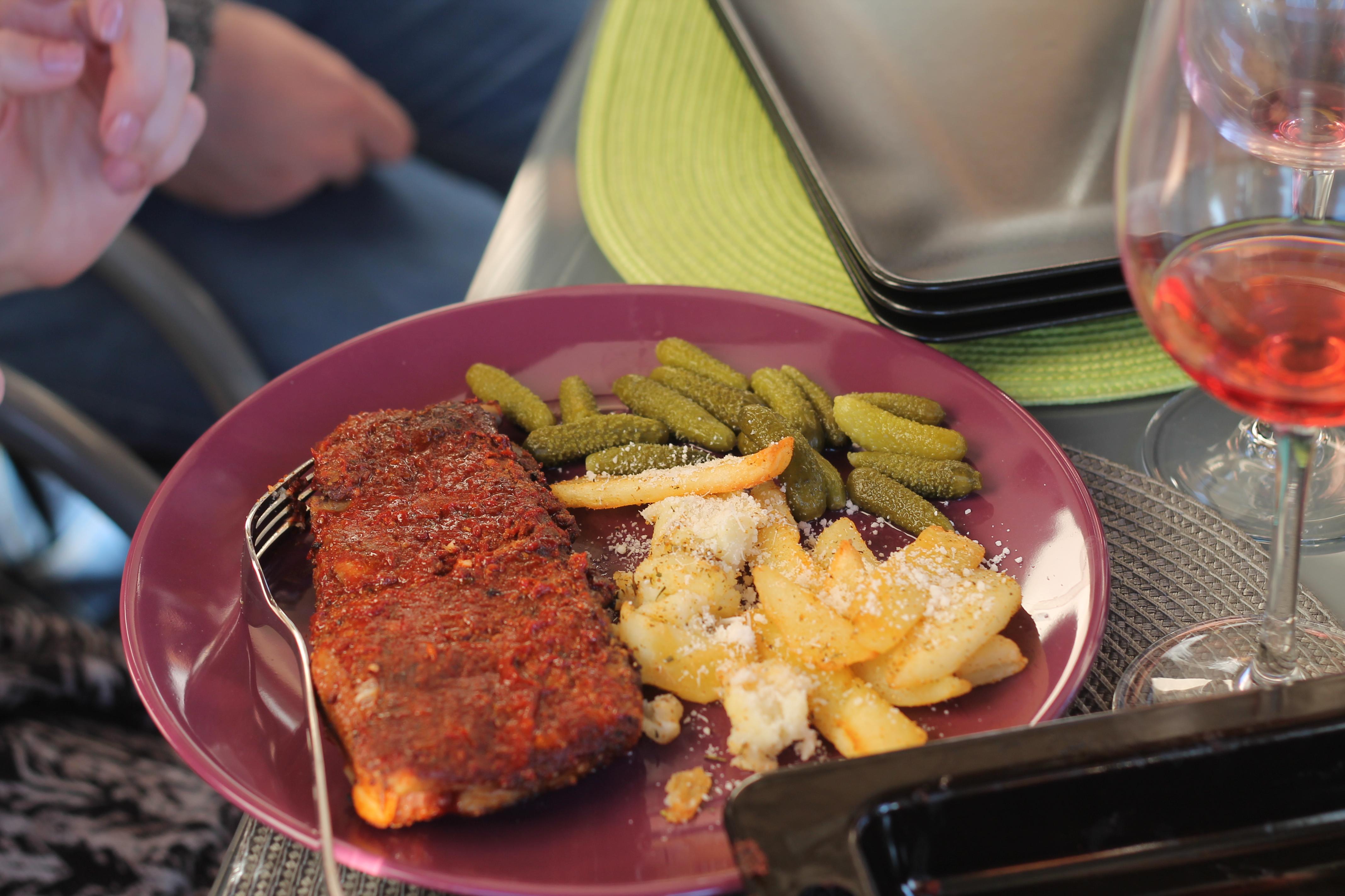 Coaste de porc la grătar cu cartofi la cuptor cu parmezan și castraveți