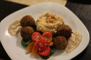 Falafel, humus, sos tahinni și salată de roșii cu spanac
