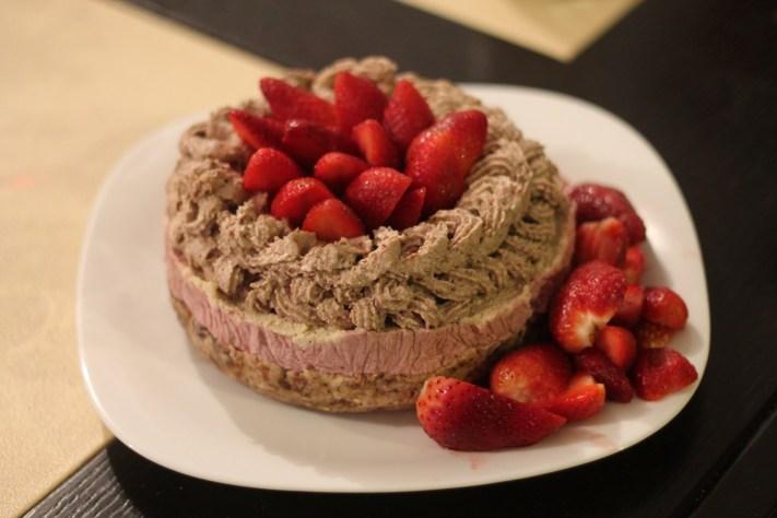 Tort raw vegan cu migdale, nuci, curmale, caju, căpșuni, vanilie