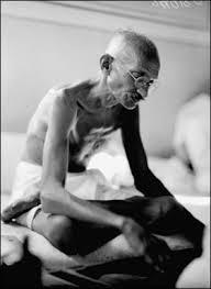 Gandhi sentado www.howard.edu
