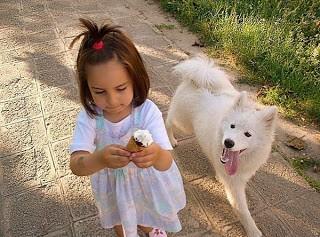 Девочка с мороженым