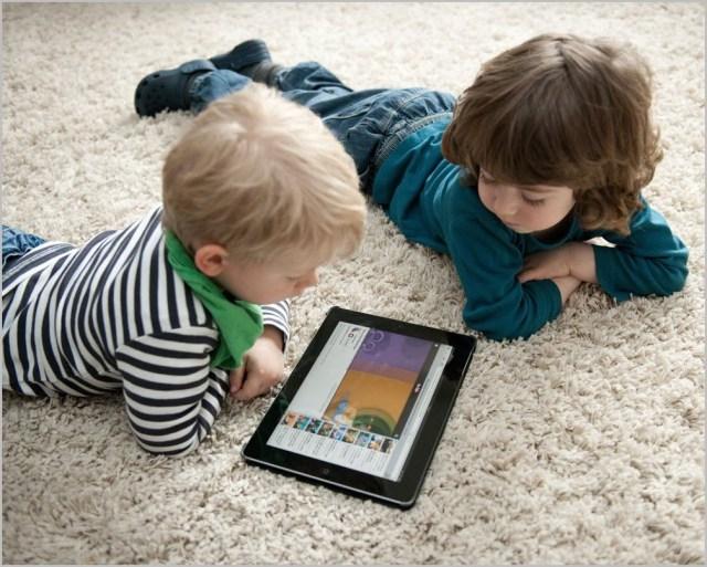 Фото детей с планшетом