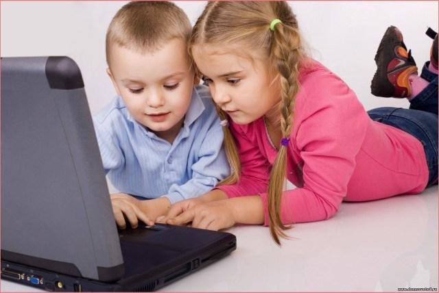 Дружные детки за компьютером