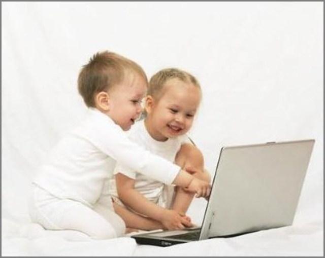 Вместе прикольно играть на ноутбуке