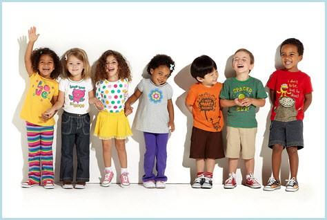 Дети в разных футболках