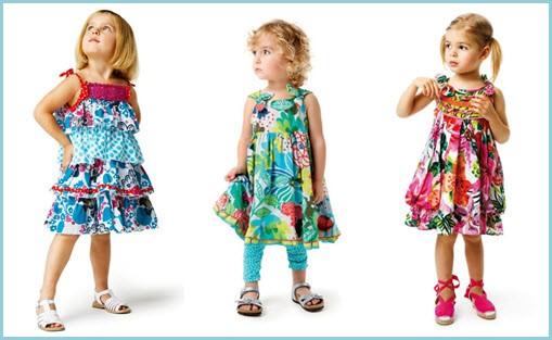 На фото девочки в ярких сарафанчиках