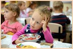 Дети в детсадовской столовой
