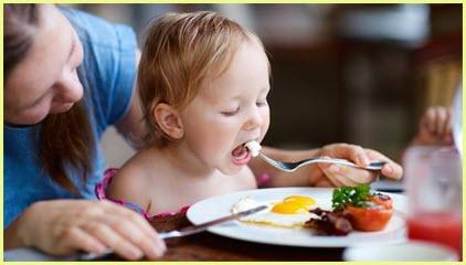 На фото детку кормит мама