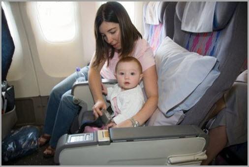 Мама с малышом в самолёте