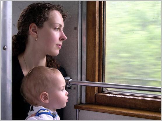 Мама с ребёнком в поезде
