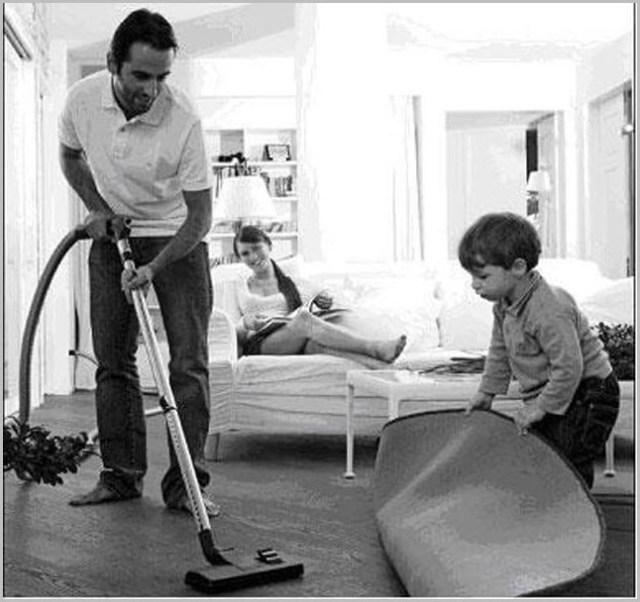 Папа с сыном пылесосят полы